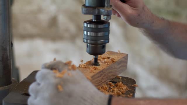 borra trä kartong med maskin - konsthantverk bildbanksvideor och videomaterial från bakom kulisserna