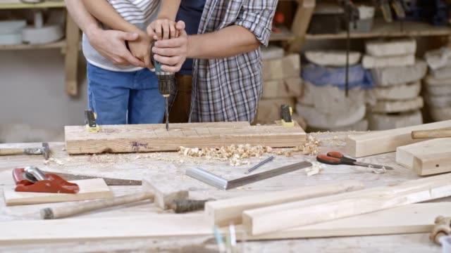 Perçage dans le bloc en bois - Vidéo