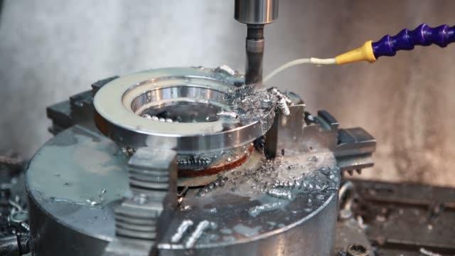 stockvideo's en b-roll-footage met boormachine maakt een gat in het metaal product. - metaalbewerking
