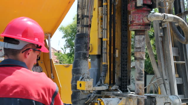 stockvideo's en b-roll-footage met drilling operator in oil industry - olie industrie