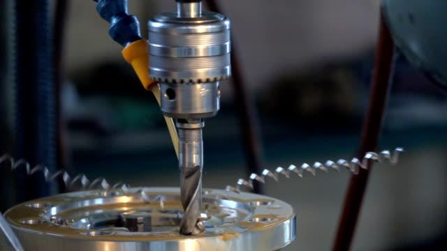 borrning stål, slowmotion. borrning maskin bearbetar metall, klipp ut formen.  kinesiska fabrik eller underjordiska fabriken - cnc maskin bildbanksvideor och videomaterial från bakom kulisserna