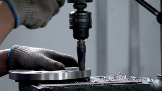 borrning stål, slowmotion. borrning maskin bearbetar metall, klipp ut formen.  kinesiska fabrik eller underjordiska fabriken - svarv bildbanksvideor och videomaterial från bakom kulisserna