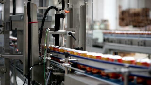 getränkedosen an den produktionslinien - aluminium stock-videos und b-roll-filmmaterial