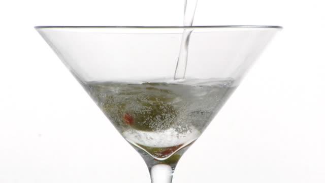 drink di benvenuto per due. - martini video stock e b–roll
