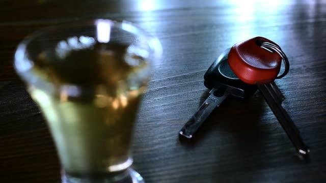 drinker tar bilnycklarna från bordet. - alcoholism bildbanksvideor och videomaterial från bakom kulisserna
