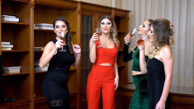 vidéos et rushes de boire et s'amuser - soirées habillées