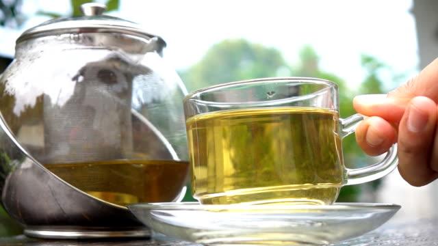 vídeos y material grabado en eventos de stock de beber té de manzanilla a cámara lenta - manzanilla