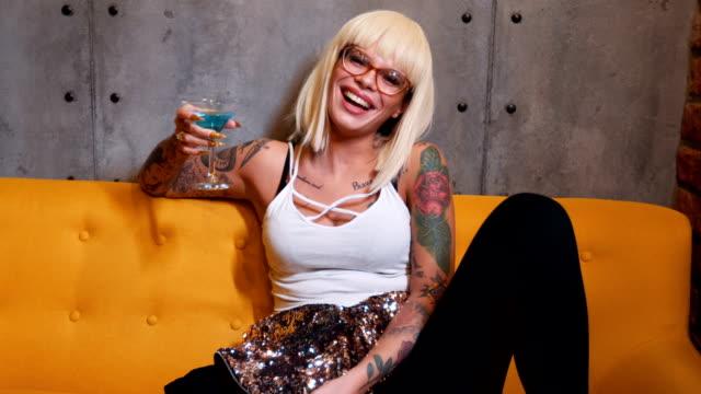 drinking cocktails and laughing - tatuaż filmów i materiałów b-roll