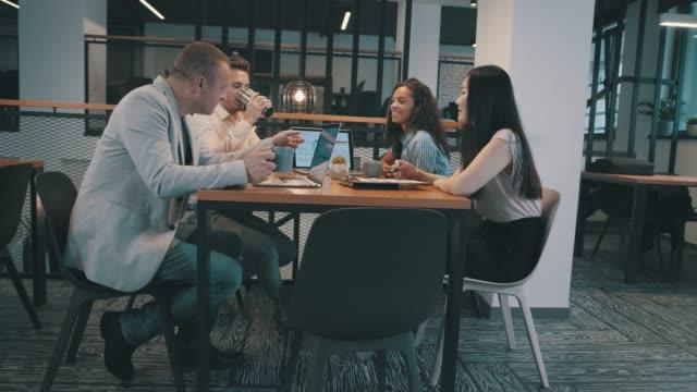 vídeos de stock e filmes b-roll de drinking coffee and discussing ideas on a business meeting - envolvimento dos funcionários