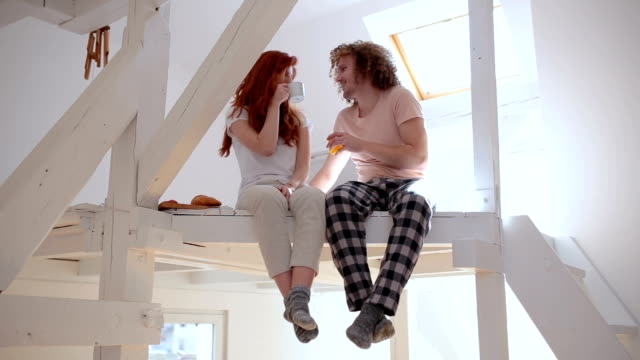 trinken kaffee und saft im obergeschoss im bett - dachboden stock-videos und b-roll-filmmaterial
