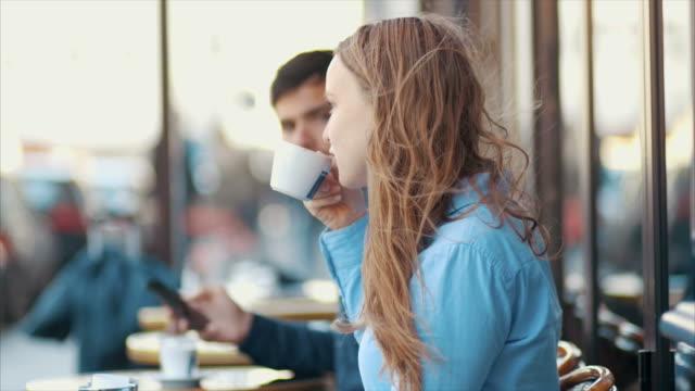 パリ (スローモーション) でコーヒーを飲む - カフェ文化点の映像素材/bロール