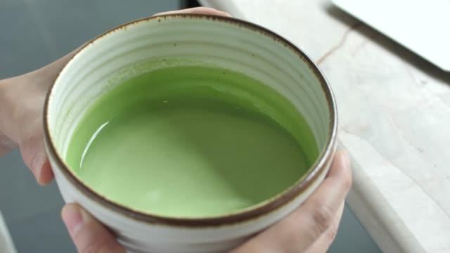 trinken grünen tee matcha tee-zeremonie - grüner tee stock-videos und b-roll-filmmaterial
