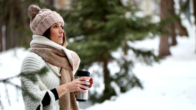 bere caffè caldo dalla tazza da viaggio - bevanda calda video stock e b–roll