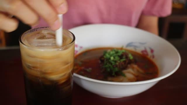trinken lokale eissüße milch kaffee - koffeinmolekül stock-videos und b-roll-filmmaterial