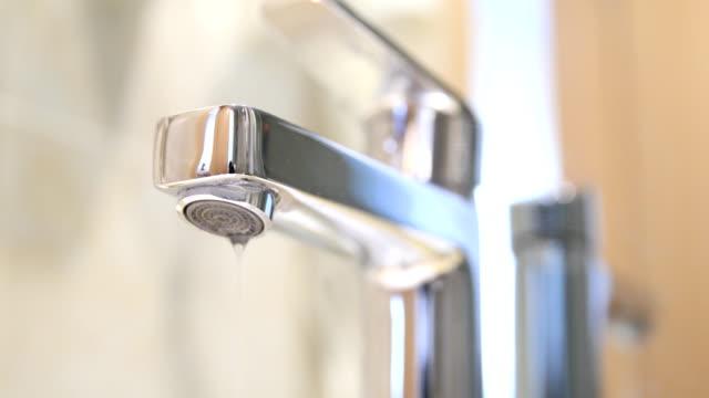 vídeos de stock e filmes b-roll de dripping faucet - continuidade