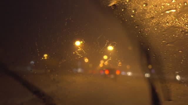 guida sotto la pioggia battente - pioggia torrenziale video stock e b–roll