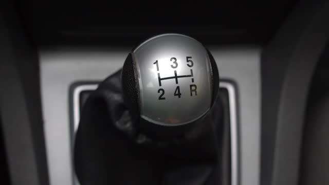 cambio cambio conducente con cambio manuale gear stick - leva video stock e b–roll