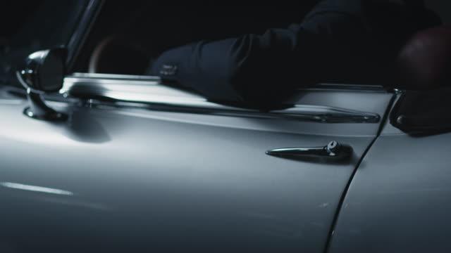 förar stängning dörr när du sitter i bilen - elegans bildbanksvideor och videomaterial från bakom kulisserna