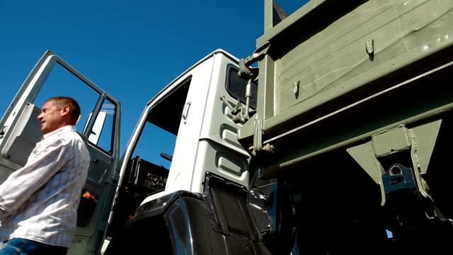 Conductor de camión salir de taxi - vídeo