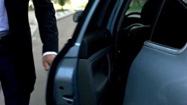 fahrer, die autotür zu jungen respektable oligarchen, professionellen chauffeur öffnen - gefreiter stock-videos und b-roll-filmmaterial
