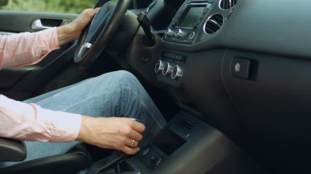 driver shifting gear stick before driving car - leva video stock e b–roll