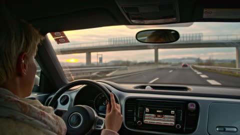 vídeos y material grabado en eventos de stock de slo mo conductor tomando una salida de la autopista - conducir
