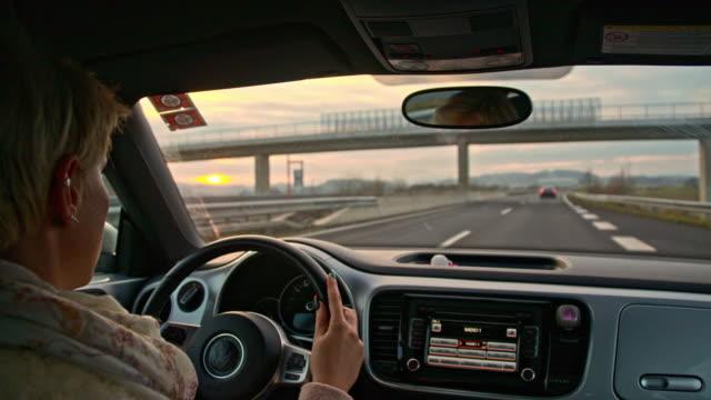 slo mo bir otoyol çıkışından sürücü - araba kullanımı stok videoları ve detay görüntü çekimi