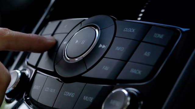 vídeos de stock e filmes b-roll de driver using car audio stereo system - dedo humano