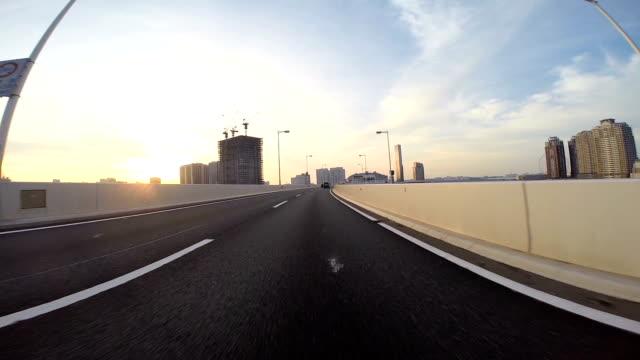 レインボーブリッジの日の出に向かって進むドライバー のpov。 - 主観視点点の映像素材/bロール