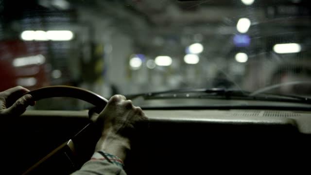 stockvideo's en b-roll-footage met oogpunt van de bestuurder in donkere parkeergarage - parkeren