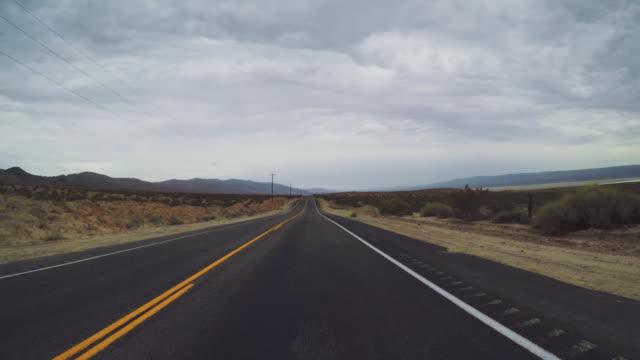 vídeos de stock, filmes e b-roll de pov dirigindo um carro em valle de morte: timelapse - viagens rodoviárias