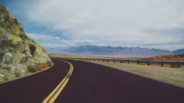 vídeos de stock e filmes b-roll de pov driving a car in death valle: timelapse - parque nacional do vale da morte