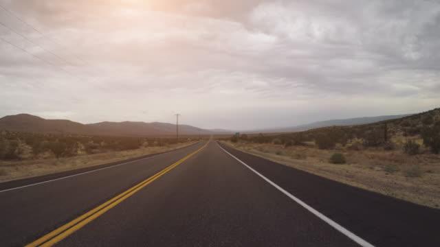 vídeos de stock e filmes b-roll de pov driving a car in death valley highways - parque nacional do vale da morte