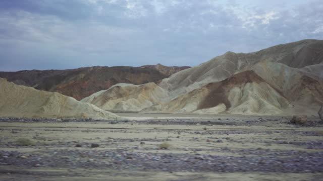 vídeos de stock e filmes b-roll de driving a car in death valley scenic roads pov - parque nacional do vale da morte