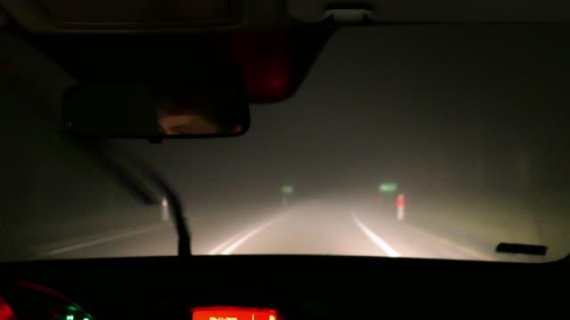 stockvideo's en b-roll-footage met besturen van een auto in dichte mist bij nacht gezien van binnen pov - mist donker auto