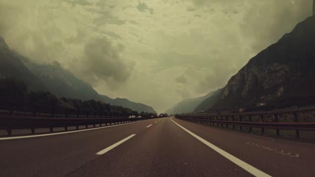 povは、イタリアの高速道路で車を運転 - チロル州点の映像素材/bロール