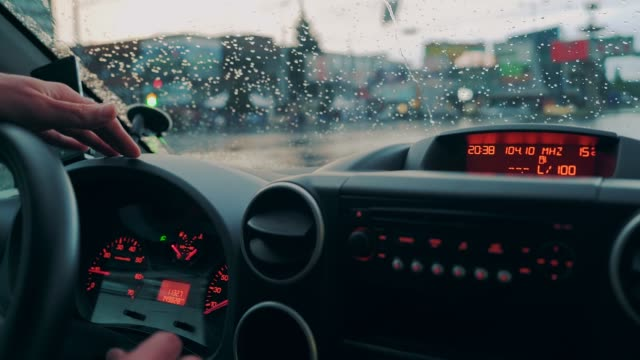 vídeos de stock e filmes b-roll de driving a car in traffic jam in bad weather conditions. - torpedo
