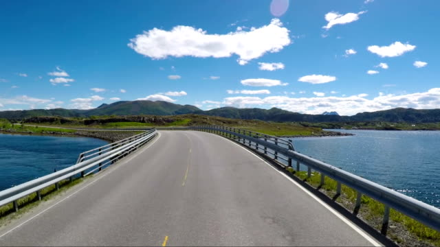 vidéos et rushes de conduire une voiture sur une route en norvège océan atlantique route ou la route de l'atlantique (atlanterhavsveien) reçu le titre comme (construction norvégien du siècle). - pare brise