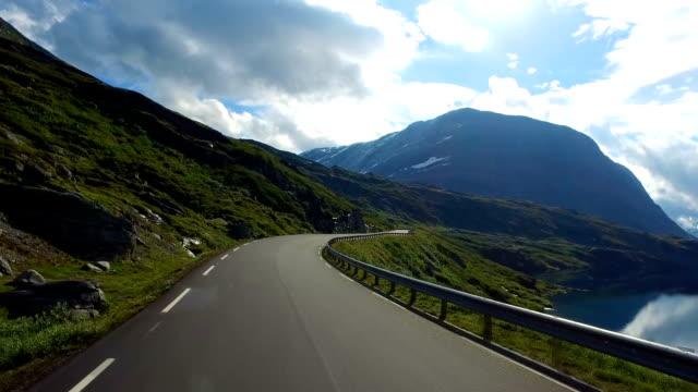 vídeos de stock e filmes b-roll de driving a car on a road in norway - noruega