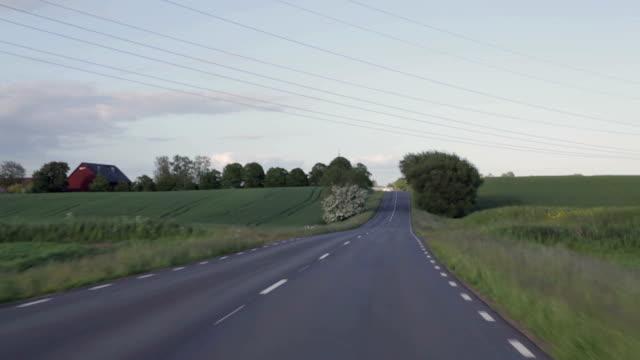 jazda samochodem na asfalcie droga z drzewa - wiejska droga filmów i materiałów b-roll