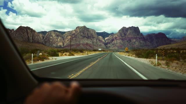 köra bil på öde motorväg pov - bilperspektiv bildbanksvideor och videomaterial från bakom kulisserna