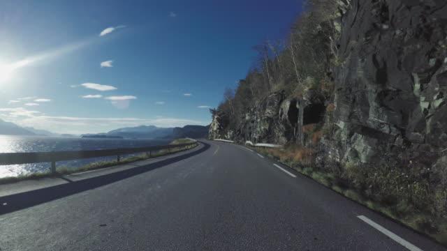 köra bil på bergsväg i norge pov - kustlinje bildbanksvideor och videomaterial från bakom kulisserna
