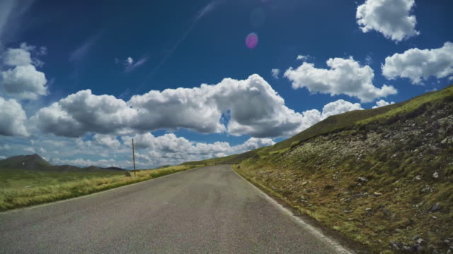 driving a car on mountain road pass pov - strada tortuosa video stock e b–roll