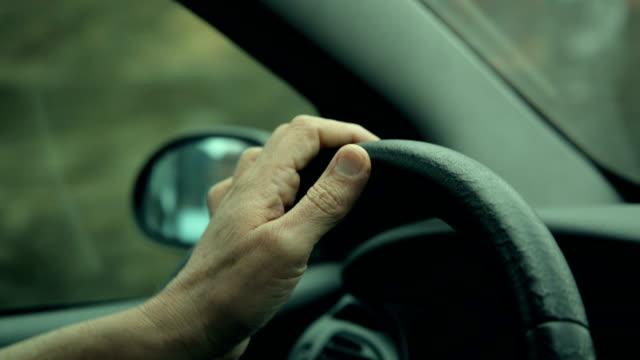 vidéos et rushes de conduire une voiture - voiture blanche