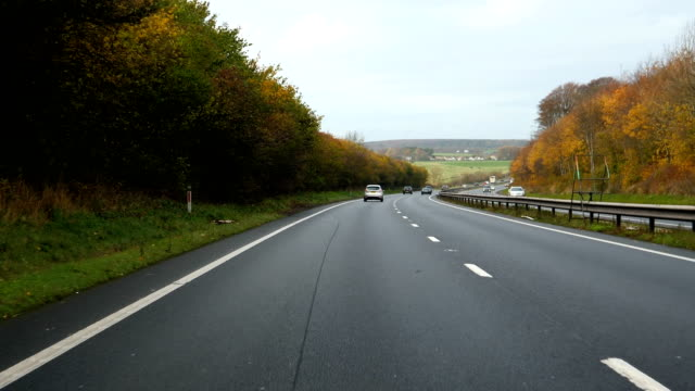 driving a55 highway in north wales in autumn - droga wielopasmowa filmów i materiałów b-roll