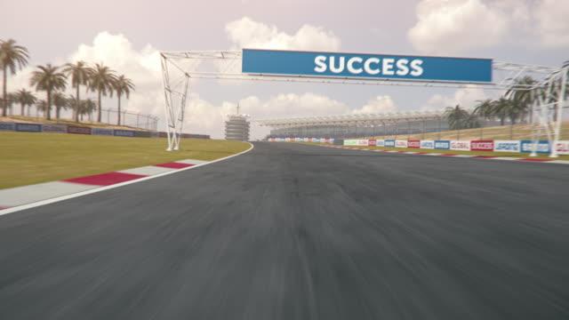 bir formül bir yarış pisti boyunca sürüş - pist stok videoları ve detay görüntü çekimi