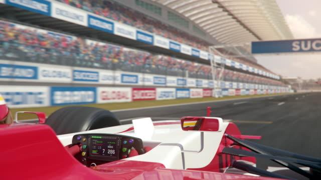 결승선을 가로 질러 공식 하나의 경주 트랙을 따라 운전 - formula 1 스톡 비디오 및 b-롤 화면