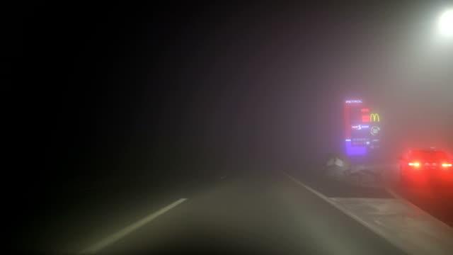stockvideo's en b-roll-footage met rijden in de nacht door mist - mist donker auto