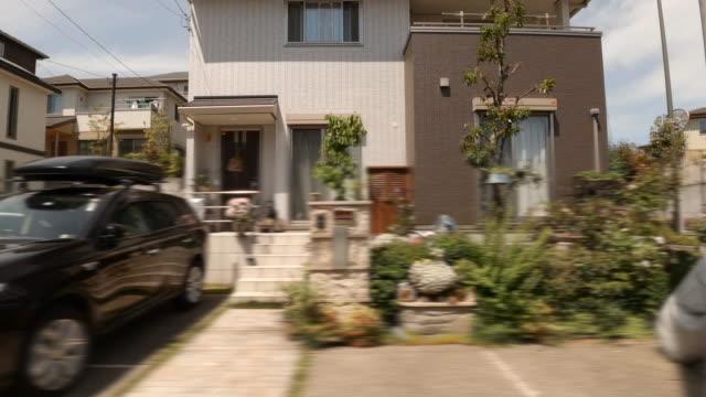 fahren an der wohnstraße / seitenansicht - blickwinkel aufnahme stock-videos und b-roll-filmmaterial