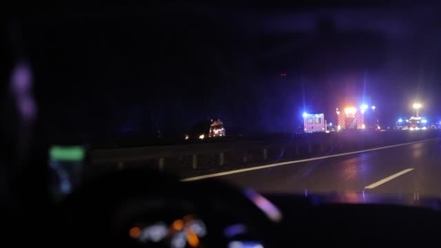 körning av en bil krasch på motorväg på natten. utsikt inifrån bilen - bilolycka bildbanksvideor och videomaterial från bakom kulisserna